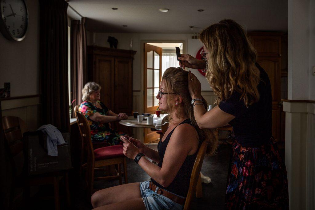 Bruidsfotografie Noord Holland trouwen in Spanbroek in 't Kerkhuys getting ready bij moeder thuis, klaarmaken met kapper