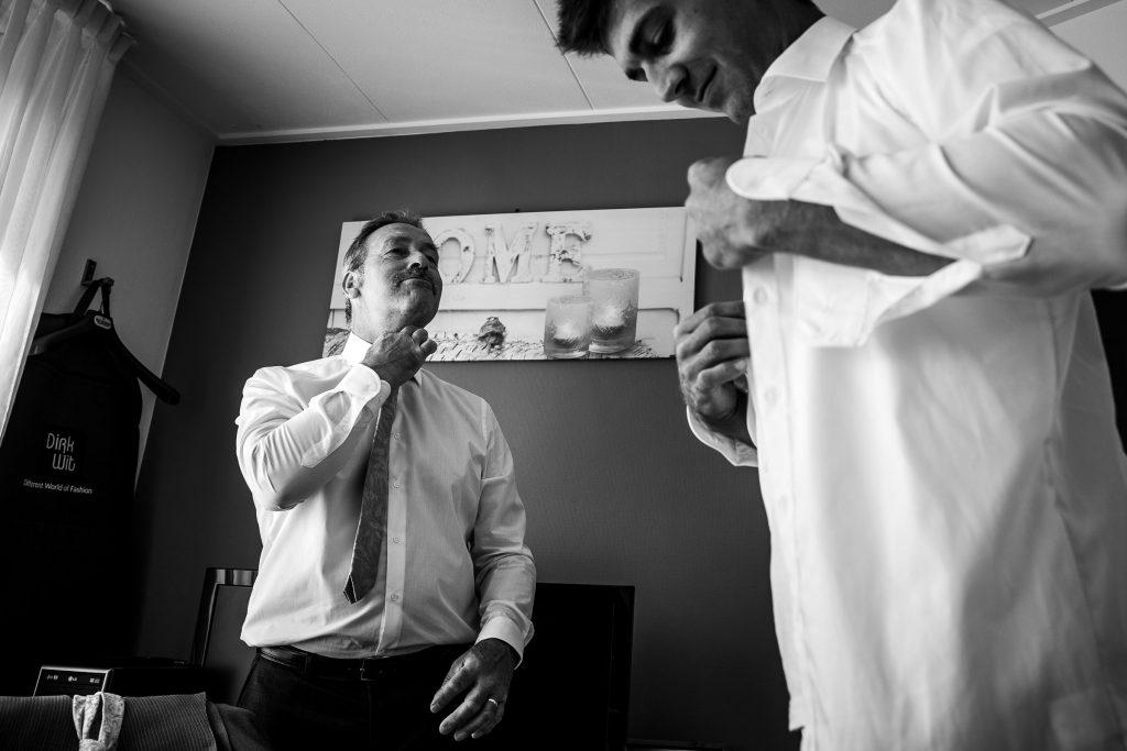 Bruidsfotografie Noord Holland trouwen in Spanbroek in 't Kerkhuys getting ready bruidegom vader laat zien hoe de stropdas moet zitten