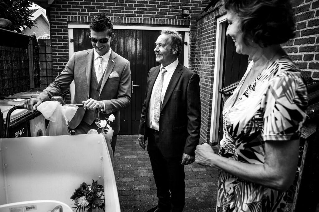 Bruidegom vertrekt vanuit het ouderlijk huis in Obdam om zijn aanstaande bruid op te halen