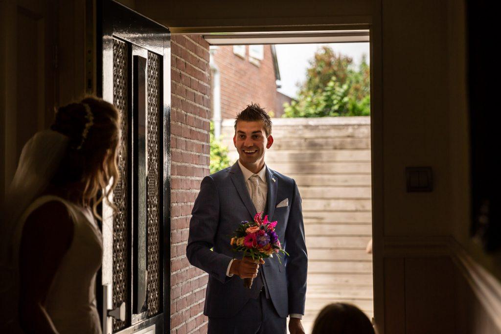 First look, het moment wanneer de bruidegom aanbelt, de bruid de deur opent en ze elkaar voor het allereerst zien op hun bruiloft