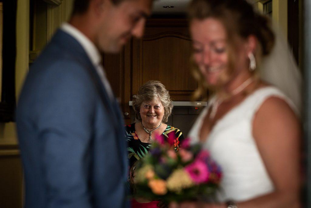 First look, de bruidegom haalt zijn bruid op bij haar trotse moeder thuis en overhandigt haar het bruidsboeket