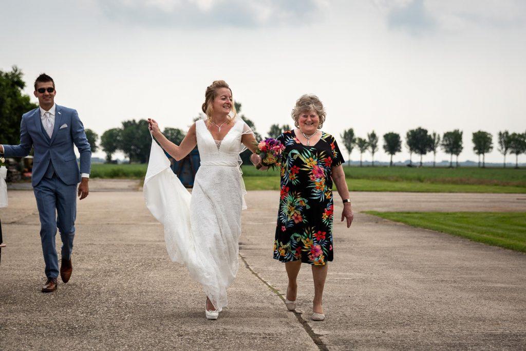 Bruid loopt samen hand in hand met haar moeder