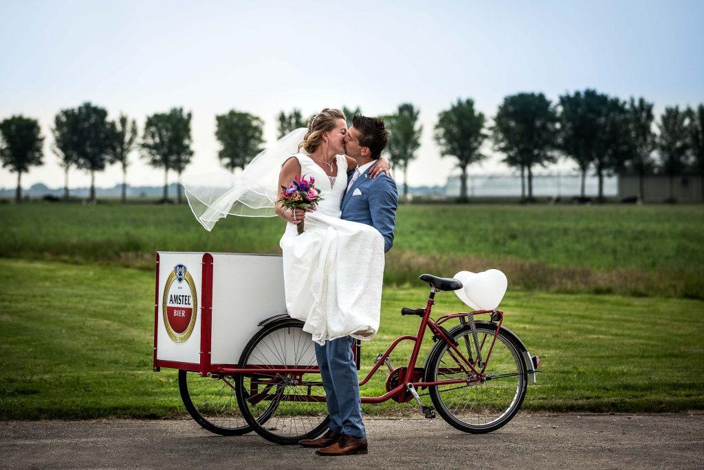Bruidsfotografie Noord Holland trouwen in Spanbroek in 't Kerkhuys met trouwvervoer een Amstel bakfiets