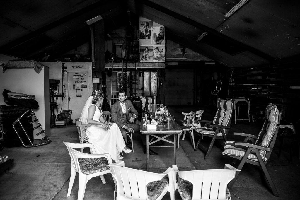 Een laatste moment samen van het bruidspaar voordat de ceremonie gaat starten nog even roken en een biertje