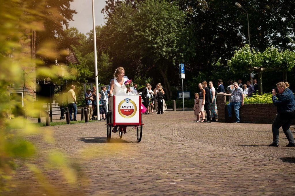 Aankomst bruidspaar bij 't Kerkhuys in Spanbroek waar zij worden vastgelegd door een fotograaf van de plaatselijke krant de Kogge