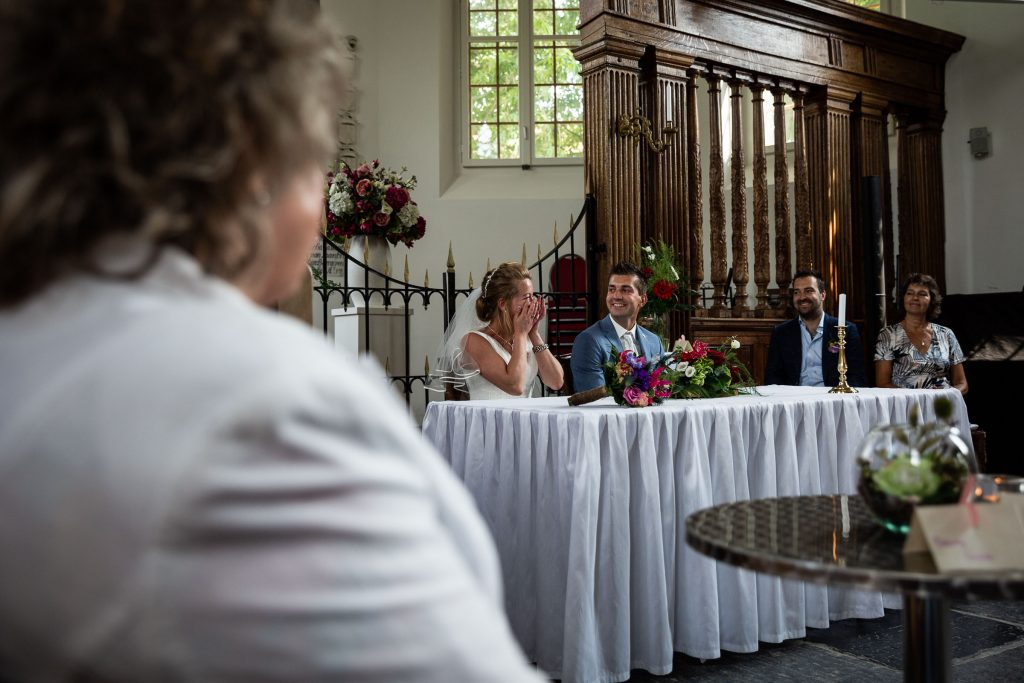 Tranen bij de bruid tijdens de trouwceremonie in de kerk