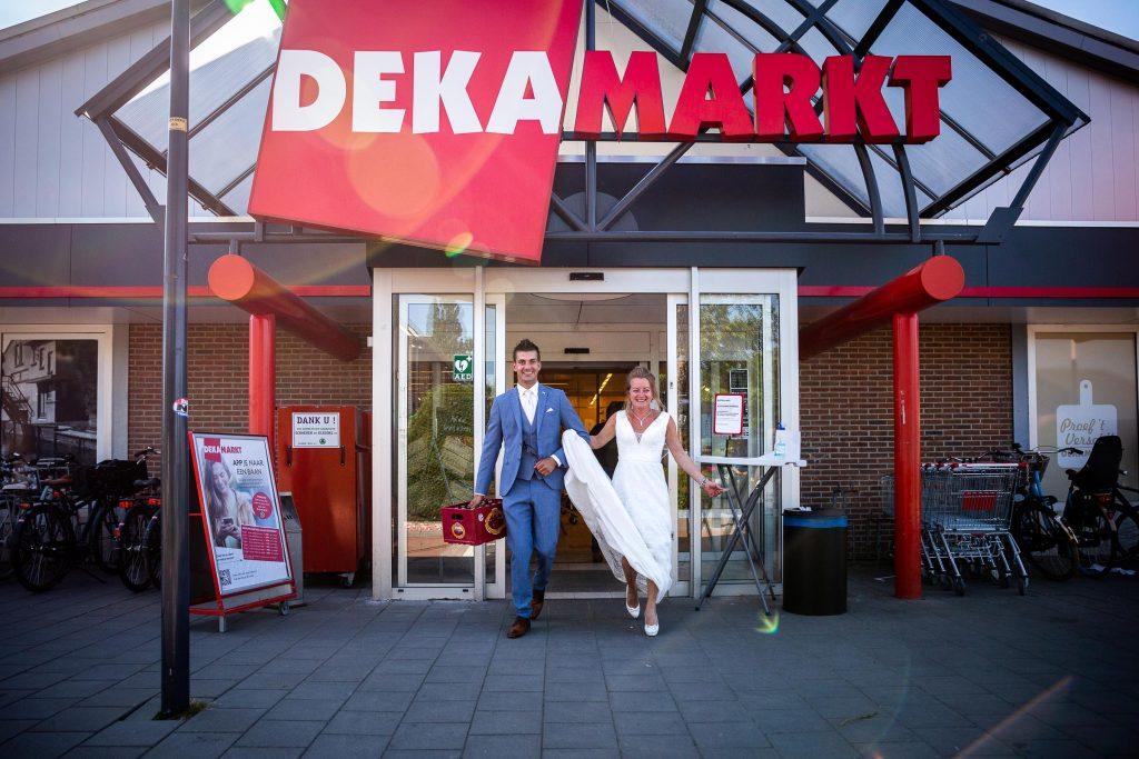 Bruidspaar koopt krat Amstel bier wat in de reclame is bij de dekamarkt van Obdam doet boodschappen op hun trouwdag