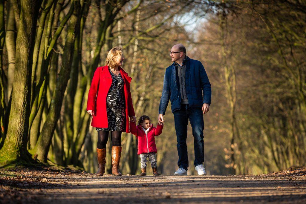 Mooi gezin samen met hun kleine meid tijdens de zwangerschapsshoot bij de fotograaf