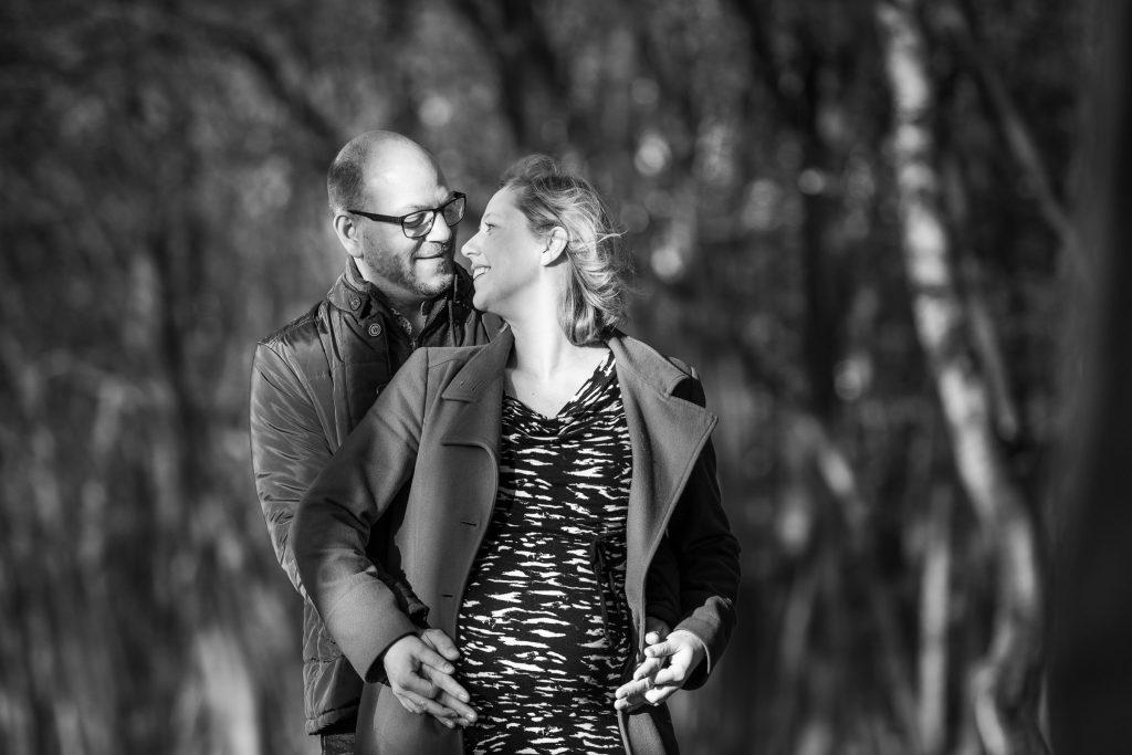 Zwangerschapsfotografie in een mooi bosrijk gebied vlakbij Utrecht